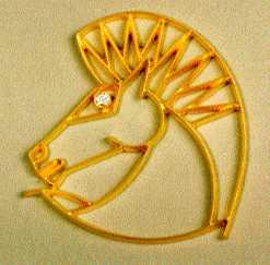 Spilla a forma di testa di cavallo in Oro 18 kt. Con le criniera al vento , un brillante per l'occhio.